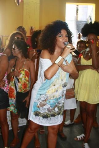a-cantora-juliana-ribeiro-no-desfile-da-yosh-foto-ale-macedo-img_4255-683x1024